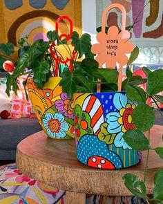 Painted Clay Pots, Painted Flower Pots, Hand Painted, Pottery Painting Designs, Paint Designs, Art N Craft, Diy Art, Bottle Art, Bottle Crafts