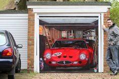 La 'rossa' dipinta sul porta del garage.