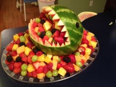 New fruit tray ideas for party watermelon carving Ideas Watermelon Fruit, Watermelon Carving, Carved Watermelon, Watermelon Basket, Veggie Platters, Veggie Tray, Veggie Food, Halloween Fruit, Halloween Party