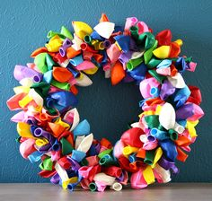 Balloon Wreath: Make a fun, colorful wreath using balloons. Source: Etsy user ShopSoFi Would be great to make for kids birthday party Fun Crafts, Diy And Crafts, Simple Crafts, Balloon Wreath, Leaf Bowls, Water Balloons, Rainbow Balloons, Air Balloon, Daisy