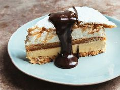 Mocha daquoise cake: A three-layer cake with almond meringue, coffee buttercream, whipped cream, and hot fudge sauce. Hot Fudge, Cannoli, Traditional French Desserts, Classic Desserts, Desserts Français, Plated Desserts, Birthday Desserts, French Cake, French Food