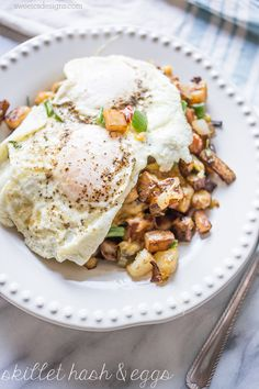 This Fried Egg Cheesy Veggie Homefries Skillet is a hearty, healthy, and filling breakfast- perfect for the morning after when you need extra veggies!