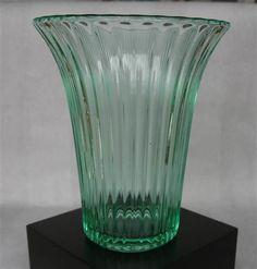 ¤¤ Vase NORDLYS Sverre Pettersen Høvik / Hadeland - Stemplet - Selges av AdaL fra Yven på QXL.no. Vase fra 1932 i pressglass, stemplet Høvik. Høyde nesten 15cm, diam i åpning 12,5cm. Farge Smaragd. I sjeldent god stand. Nordlys ble satt produksjon samme år som pressglass-produksjonen ble flyttet fra Høvik til Hadeland. (1932.) Nordlys er utrolig vakkert, i all sin enkelhet. Formgitt av Sverre Pettersen på begynnelsen av 30-tallet. Stemplet HØVIK .