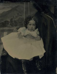 Hidden Mothers: 22 Creepy Studio Portraits of Faceless Mummies Behind Their Babies in the Victorian Era Antique Photos, Vintage Pictures, Old Photos, Vintage Images, Victorian Photography, Vintage Photography, Mother Pictures, Post Mortem Photography, Photo Focus