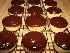 Boston Cream Cupcakes. Boston Cream Cupcakes, Cup Cakes, Fun Desserts, Baked Goods, Cheesecake, Muffin, Drink, Baking, Cupcakes