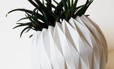 Ihr habt zu viele Pflanzen und zu wenige Übertopfe?? Dann faltet euch einfach welche 🌵🍀 Hier findet ihr die Anleitung dazu! #origami #übertopf #papier #papierfalten #designerleben #anleitung Origami, Designer, Plants, Tutorials, Deco, Simple, Origami Paper, Origami Art