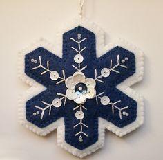 Blu e bianco lana feltro ornamento fiocco di PatriciaWelchDesigns