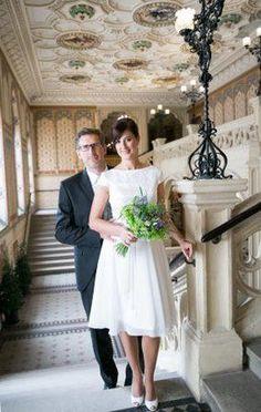 Kurzes Hochzeitskleid für eine Hochzeit im Weingarten Bridesmaid Dresses, Wedding Dresses, White Dress, Fashion, Archive, Bridesmade Dresses, Bride Dresses, Moda, Bridal Gowns