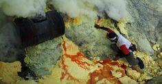¿Para qué se usa el azufre en polvo?. El azufre es uno de los remedios más antiguos para los males humanos y del jardín. Se encuentran en la naturaleza como elemento puro en forma de polvo amarillo y como cristales. El azufre es un producto de las emisiones volcánicas y las sociedades antiguas los extraían de alrededor de los volcanes. En la actualidad, la mayoría de la producción de ...
