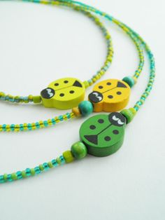 He encontrado este interesante anuncio de Etsy en https://www.etsy.com/es/listing/211517270/bead-necklaces-kids-necklaces-wooden