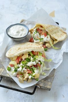 Pita met kip en een yoghurtsausje – Food And Drink Healthy Coffee Drinks, Lunch Recipes, Cooking Recipes, Healthy Snacks, Healthy Recipes, Tea Sandwiches, Bruschetta, Food Inspiration, Love Food
