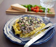 Krämig pasta med biff,vitlök och gräddsås. Riktigt läcker pastarätt som är enkel att laga. 4 portioner 400 g tagliatelle- eller pennepasta 300 g oxfile, lövbiff eller entrecoté (välj fritt efter smak) 2 schalottenlök eller 1 lök 2 vitlöksklyftor 200 g champinjoner 1 tsk dijonsenap 2 msk soja (jag använder kikkoman) 1 msk vetemjöl 5 dl grädde (gärna vispgrädde) 1 dl mjölk Salt & peppar 1 liten knippe finhackad persilja (kan bytas ut mot basilika) Smör eller olja till stekning Servering: P...