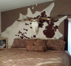 6 DIY western headboard ideas or alternatives to headboards. Try hanging rugs, skulls or a mix of rustic materials to decorate your bedroom. home decor 6 DIY Western Headboard Alternatives Sala Country, Country Decor, Farmhouse Decor, Western Style, Rustic Style, Western Headboard, Western Bedding, Cowhide Decor, Cowhide Furniture