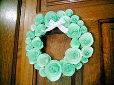Aprenda neste post como fazer uma linda guirlanda com flores de papel e reciclagem de papelão (para a base). É muito fácil de fazer e o resultado fica lindo