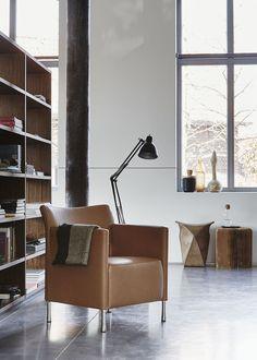 De fauteuil 6771, een ontwerp van Dick Spierenburg, zit al even in onze collectie, maar de nieuwe fotoshoot brengt hem weer prachtig in beeld. Tijdloos design.