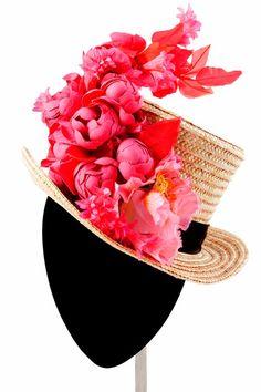 Canotiers. Son pequeños sombreros de paja que eran muy característicos de los gondoleros de Venecia. Es un sombrero de paja de copa recta, parte superior plana y ala corta, plana y rígida, normalmente adornado con una cinta de color, o negra. La verdad es que son la opción más elegante de llevar un sombrero de paja y son originales y sobre todo distintos. Aportarán un toque divertido a tu look pero sin perder elegancia. Puedes cambiar la típica cinta de color negro y ponerla del color de tu…