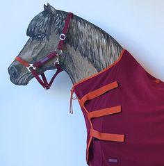 Perfekt sitzender High-Neck-Schnitt. Jedem Pferd seine Farbe, z.B. Abschwitzdecke Klassik Kollektion Preiselbeere/Hagebutte. Deine Sportsfreund Abschwitzdecke für Isländer entfaltet ihre Abschwitzfunktion genau da, wo sie am meisten gebraucht wird: an Hals und Brust. Dank der drei Klettlaschen kannst du die hochgeschlossene Pferdedecke einfach jedem Pferd passgenau anziehen. Sie liegt an der Brust doppelt an, hält dicht, schön warm und kann besonders viel Feuchtigkeit nach außen…