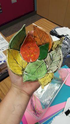 Bladeren op een schaaltje leggen, klei erop drukken, het blad voorzichtig weghalen, vormen en laten drogen dan kleuren en evt. lakken