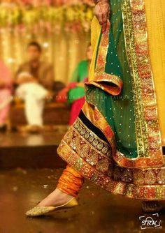 Ide t mehndi dress Pakistani Mehndi Dress, Pakistani Wedding Outfits, Pakistani Couture, Pakistani Dress Design, Pakistani Dresses, Indian Dresses, Indian Outfits, Pakistani Designers, Mehendi