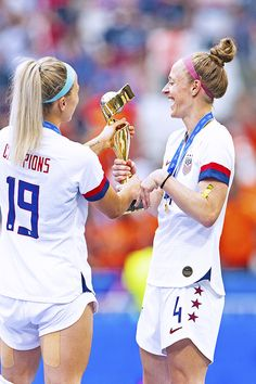 USA's Julie Ertz and Becky Sauerbrunn enjoy a moment with the trophy at the 2019 FIFA Women's World Cup awards ceremony conducted in Stade de Lyon on July 2019 in Lyon, France. USA beat the Netherlands to win the World Cup final. Soccer Baby, Usa Soccer Team, Messi Soccer, Soccer Goals, Soccer Tips, Nike Soccer, Team Usa, Soccer Cleats, Soccer Players
