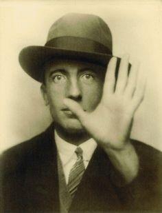 Paul Éluard ( ici en1927) fut le premier mari de Gala. Elle le quitta pour Dali,abandonnant aussi leur fille,Cécile, qu'elle ne voyait plus qu'1 ou2 fois par an.