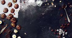 Sulaa suklaata leivinpaperille ja ihanat härpäkkeet päälle. Nämä joulusuklaat ovat juuri sopivan kokoisia pikkumakeita jälkiruokakahvin seuraksi. Joko, Chai, Delicious Desserts, Presents, Fruit, Christmas, Painting, Yule, Navidad