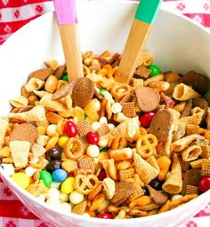 Homemade trail mix recipes with ingredients full of energy for Fall/ Autumn. These healthy snacks are great as Halloween treats and gift ideas also for kids Trail Mix Recipes, Snack Mix Recipes, Yummy Snacks, Fall Recipes, Healthy Snacks, Yummy Food, Snack Mixes, Quick Snacks, Yummy Recipes