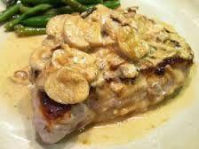 Receta Chuletas de Cerdo con crema de champiñones.     Las chuletas con su hueso son sabrosísimas y se pueden comer a la plancha sin ma...