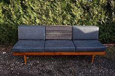 Sofa PRL vintageloft lata 60 Prawie 60-letnia rozkładana sofa, staruszka :) która aktualnie pasuje do każdego skandynawskiego i loftowegownętrza. Poduszki całkowicie nowe, tapicerka świeżutka. Swoją drogą jak można było zaprojektować ponad 60 lat temu taki mebel :)