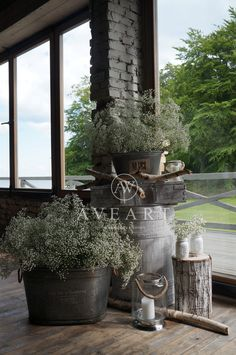 Dekoracje ślubne z gipsówką w tle... Metalowe balie, drewniane beczki, stare patynowane skrzynie to charakterystyczne elementy dla tej scenografii ...
