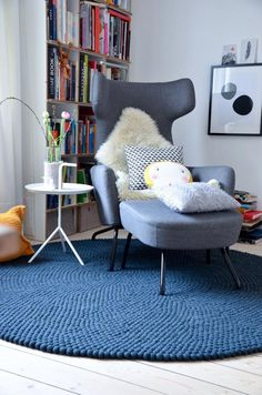Lesesessel und Leseecken Source by The post Lesesessel und Leseecken appeared first on Work. Empire Ottoman, Felt Ball Rug, Floor Seating, Eames Chairs, Diy Chair, Floor Cushions, Reading Nook, Living Room Chairs, Dining Room