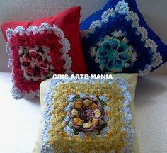 Linda capa de almofada feita em Oxford com aplique em Crochê com zíper invisível. Medida: 40x40 cm Cores: vermelho, azul escuro, marrom, amarelo, lilás.