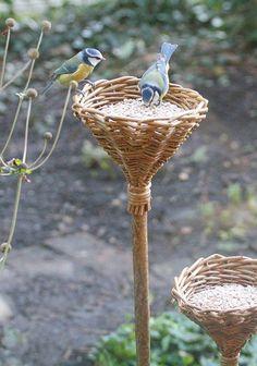 Garden Crafts, Garden Projects, Garden Art, Garden Design, Willow Weaving, Basket Weaving, Diy Bird Feeder, Feather Crafts, Bird Crafts