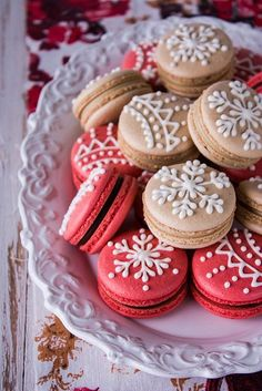 Gingerbread Macarons Recipe and Tutorial. The french macarons are simply decorated with snowflake designs in royal icing Christmas Desserts, Christmas Treats, Christmas Baking, Macarons Christmas, Christmas Christmas, Christmas Gingerbread, Christmas Pasta, Christmas Thoughts, Christmas Tables