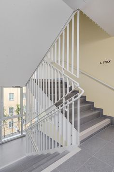 Railing Design, Staircase Design, Interior Stairs, Interior Architecture, Iron Stair Railing, Railings, Garde Corps Metal, Multi Storey Building, Stair Walls