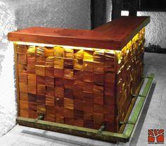 Nativo Redwood. Bar de roble rustico con bordes con corteza y base de mosaico de roble rústico de profundidad variable, con pisa pies de fierro forjado e iluminación led empotrada al inferior de la cubierta. Dimensiones: 0.60x1.20+2.00x0.90 www.facebook.com/nativoredwoodsa