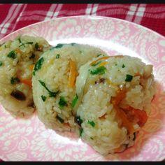 寒くなると食べたくなるアツアツの中華風ちまき。普通に作るともち米をそろえたり手間がかかりますね。今回はもち米不使用!普通のお米を使って炊飯器で簡単に。とても手軽にできる、ちまき風ごはんのご紹介です♡