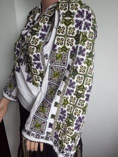 Popular Folk Embroidery Vintage traditional Romanian blouse (IIE) -- 80 years old, Mehendinti Area via Costume populare romanesti vechi on FB Folk Embroidery, Hand Embroidery Designs, Embroidery Patterns, Folk Costume, Costumes, Traditional Dresses, Fashion Pants, Blouse Designs, Going Out
