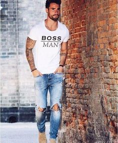 White tshirt with ripped denim Mens Fashion Blog, Fashion Moda, Men's Fashion, Fashion Trends, Fashion Tips, Men With Street Style, Men Street, Mode Chic, Mode Style