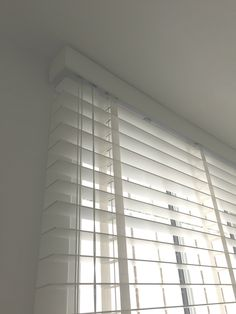Wood venetian blind with matching tapes   Corner valance detail   Made to measure   Made in the UK   Modern blinds   Installed in Westminster home
