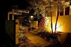 思わず中を覗いてみたくなる光の演出。優しさに包まれた「風そよぐ景」 #lightingmeister #gardenlighting #outdoorlighting #exterior #garden #lightup #pinterest #shadowlighting #home #house #entrance #tender #シャドーライティング #家 #庭 #玄関 #優しい #早く帰りたくなる家