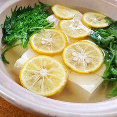 【nanapi】 疲れた胃と体に優しい「柚子と春菊の香湯豆腐」の作り方を紹介します。消化吸収が抜群の湯豆腐に、疲労回復効果のある柚子をたっぷり使い、爽やかで風味豊かな湯豆腐に仕上げています。材料(2~3人分)豆腐(木綿でも絹でも可):2丁柚子:1個和風顆粒だし:小さじ2水:600cc...