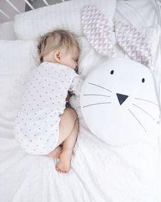 Kissen/Schmusetier aus sehr angenehmer, elastischer Baumwolle. Weich und kuschelig in der Berührung.  Wird sich sehr gut als komfortables Lieblingskissen bewähren.  Handbemalt mit...