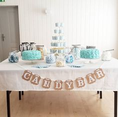 inspiration til drengedåb med den lækreste candybar Baby Baptism, Christening, Dinner Table, Holidays And Events, Baby Love, Table Settings, Birthdays, Wedding Inspiration, Birthday Parties