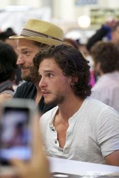 Think Your Hair Can't Be Tamed? Think Again! Everyone wants to have great looking hair, as a good set of locks can completely transform a person's appearance. Kit Harington, Kit Harrington Hair, Jon Snow, New Hair, Your Hair, My Champion, King In The North, Grunge Hair, Hollywood Actor