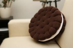Adorable pillow I love food pillows I'm weird but who can't resist an Oreo Food Pillows, Cute Pillows, Diy Pillows, Decorative Pillows, Cushions, Throw Pillows, Decorative Accents, Decorative Objects, Creation Couture