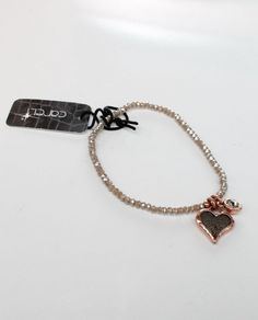 #Pulsera corazón en oro rosa mate con burbujas en color gris y cadena de cristal elástica de la firma Careli.