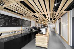 """Construído na 2014 na Montreal, Canadá. Imagens do Adrien Williams . A padaria""""Au Pain Doré"""", localizada no térreo de um edifício de três pavimentos em Côte-des-Neiges, decidiu fazer uma importante reforma. O desafio..."""