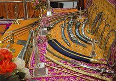 No altar do templo estão expostas dezenas de espadas, lanças e outras armas antigas da época de Guru Gobind Singh. (Foto: © Haroldo Castro/ÉPOCA)