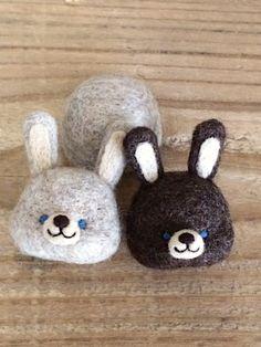 羊毛フェルトうさぎ Felt Brooch, Cute Dolls, Felt Animals, Needle Felting, Diy Crafts, Wool, Christmas Ornaments, Holiday Decor, Design